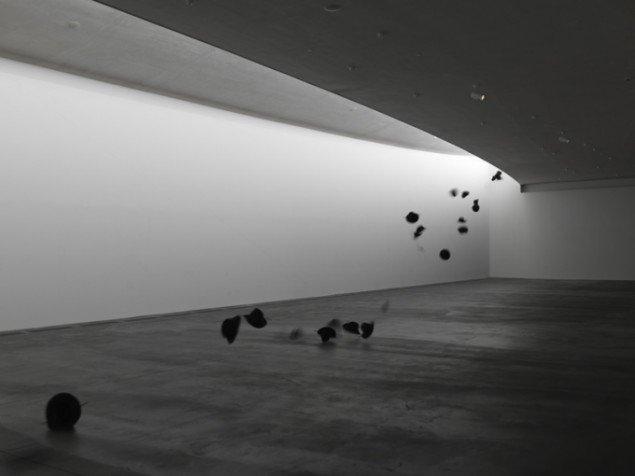 Dan Colen: Trickfoto, der viser hattens svæv gennem det lyse rum i udstillingen Days of Heaven. Foto: Heart