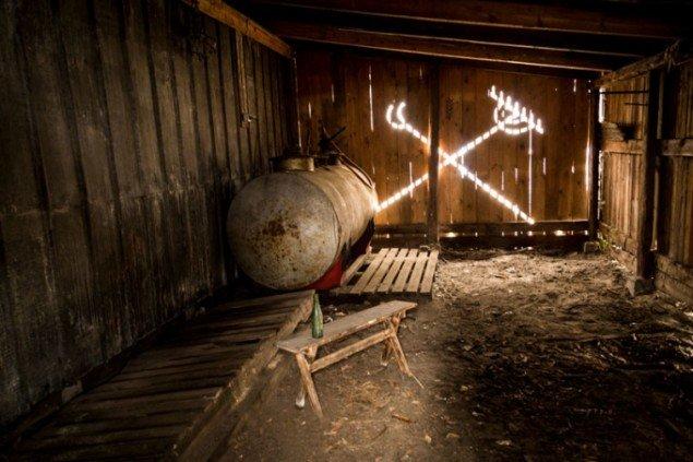 Et kig gennem ladeporten afslører et hengemt liv. The Barn, 2015. (Foto: Martin Håkan, CoverGanda)