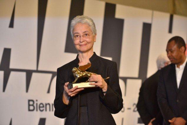 Adrian Piper, vinderen af Den Gyldne Løve som hovedudstillingens bedste kunstner. (labiennale.org)
