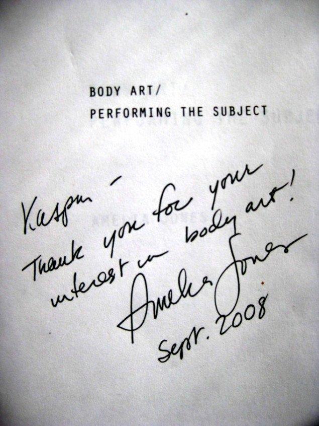 En glad kunsthistoriker har sikret sig et minde i Amelia Jones kunstteoretiske klassiker Body Art/Performing til Subject. Foto: Kasper Lie.