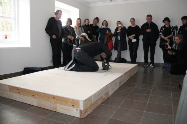 Fra skulptursituationen Locked up in the love til ferniseringen på udstillingen Everyone will crawl, 2015 i Møstings Hus. Foto: Leif Rasmussen