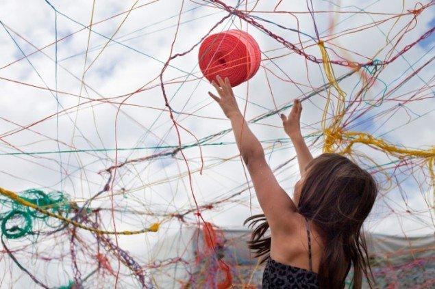 Karoline H. Larsen, er en af de kunstnere, der deltager i ARKENs udstilling Kunst i solskin. Her med værket Collective Strings, fra Helsinki, 2014. (Foto: Anu Pynnönen)