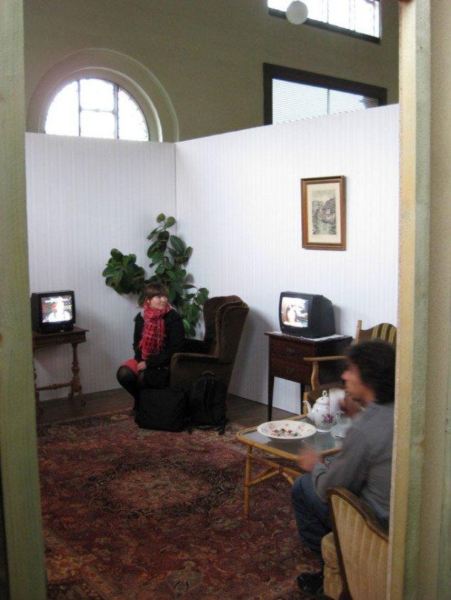 Et kik ind i dagligstuen med de mange videoskærme. Foto: Kasper Lie.