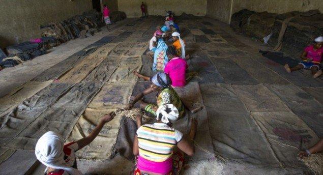 De kvindelige migranter i Mahamas projekter efterlader personlige data og spor i sækkene. (Foto: Nii Odzenma)