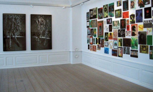 Installationsview med værker af Jacob Stangerup og Jens Birkemose. (Foto: Kristian Handberg)