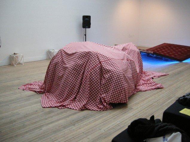 Den ameriskanske kunstner Will Oven udførte sin interaktive lydpeformance Brødbånd på Kunsthal Aarhus. Foto: Matthias Hvass Borello