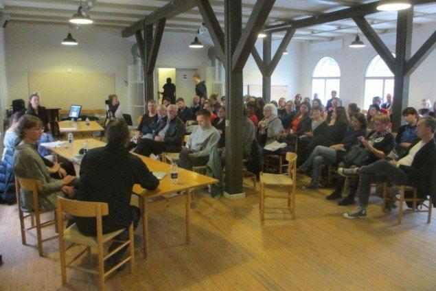Åbningsarrangementet bød på et debatpanel, der diskuterede kunstens bidrag i forhold til globale problemstillinger. Foto: Ole Bak Jakobsen