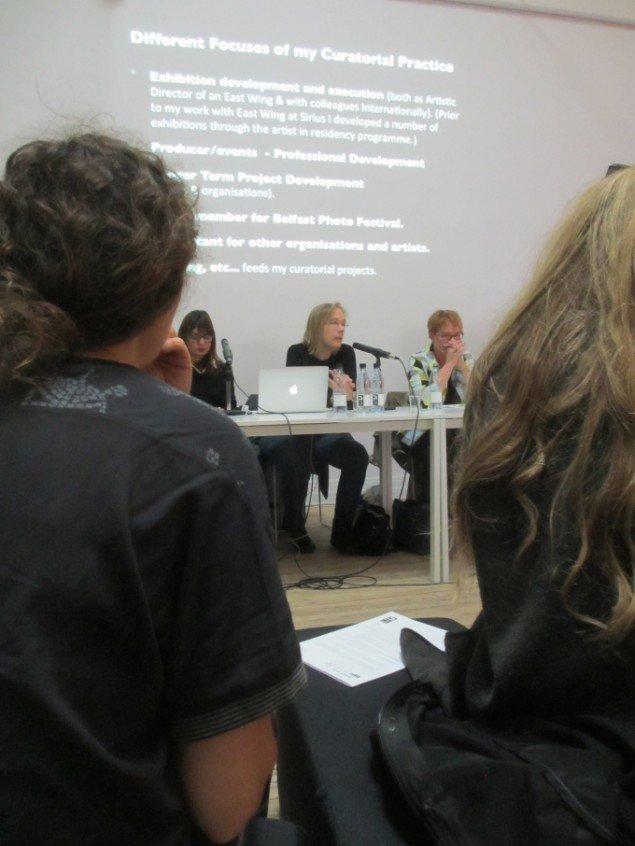 Peggy Sue Amison, Kunstfaglig direktør, East Wing i Dubai taler. Foto: Ole Bak Jakobsen
