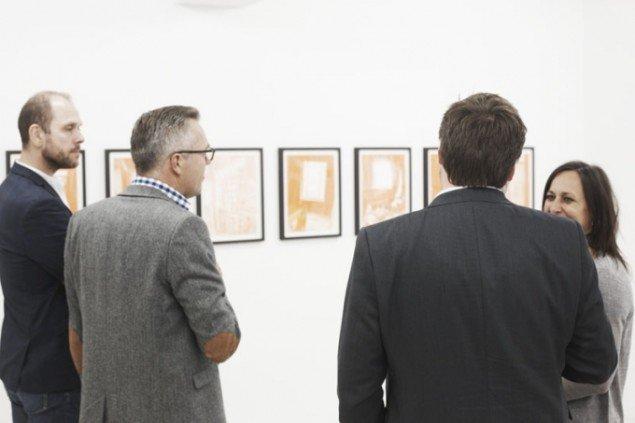 Der diskuteres kunst på Charlotte Fogh Contemporary. Foto: Miau Miau Factory