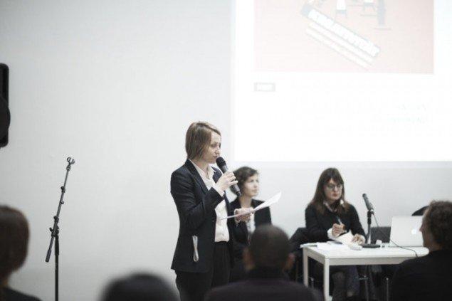 Joasia Krysa fra Kunsthal aarhus byder velkommen til Curator Talks på Kunsthal Aarhus. Foto: Miau Miau Factory