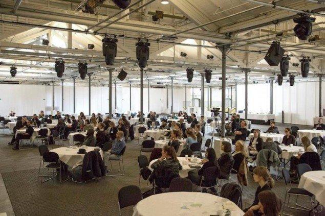 Konferencen blev holdt i Øksnehallen, hvor deltagerne var placeret ved rundborde for  at motivere til dialog og netværk på tværs. Foto: Frida Gregersen