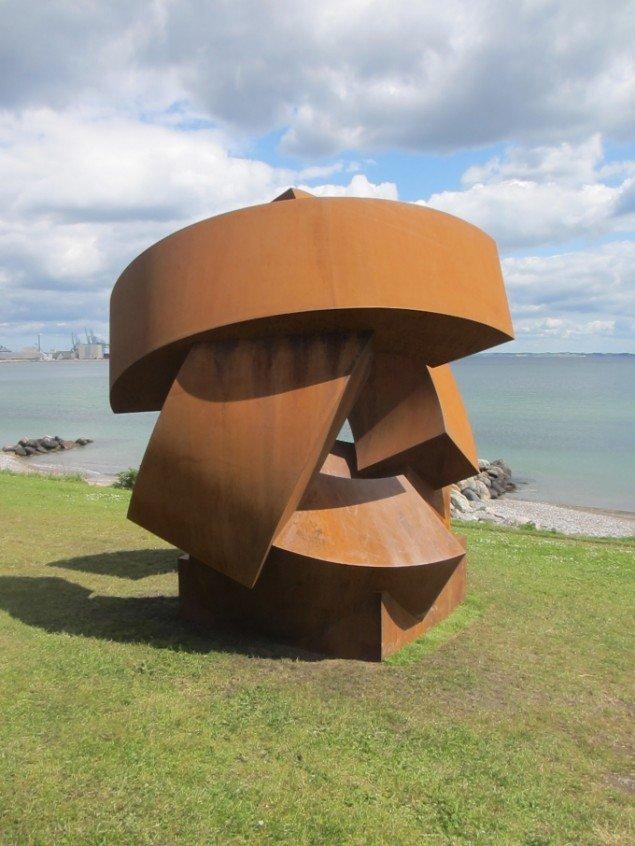 Set i forhold til de foregående udgaver af Sculpture by the Sea står Jörg Plickats Divided Planet ret alene som 'rundkørselsskulptur'. Foto: Ole Bak Jakobsen