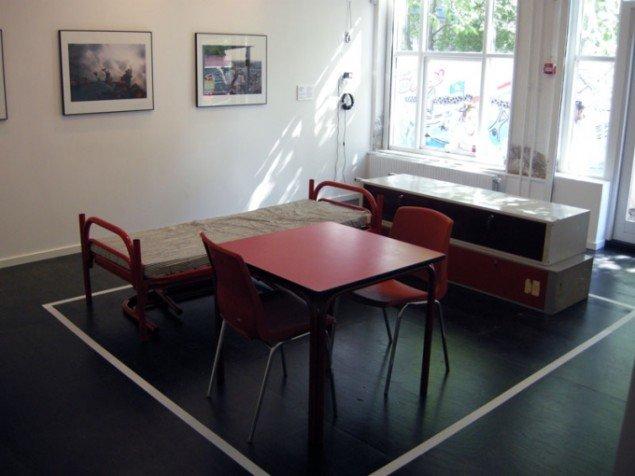 Installationsview, Lejrliv: Kunstneriske refleksioner over flygninge- og migrantforvaringens politik. (Foto: Matthias Hvass Borello)