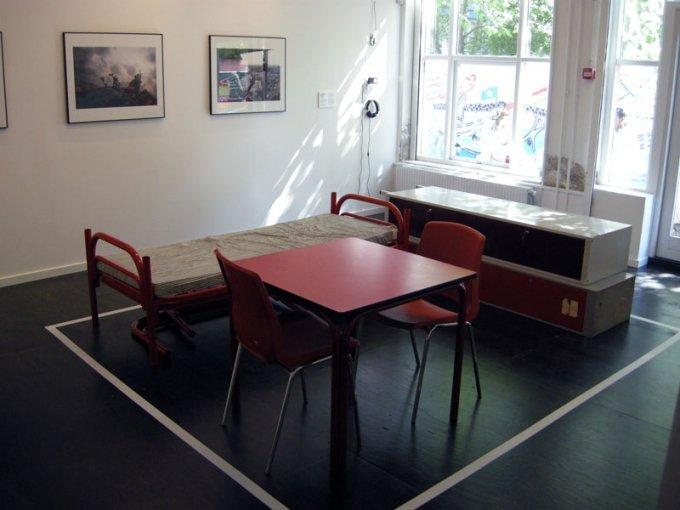 Fra udstillingen Lejrliv Kunstneriske refleksioner over flygninge- og migrantforvaringens politik på CAMP, 2015.