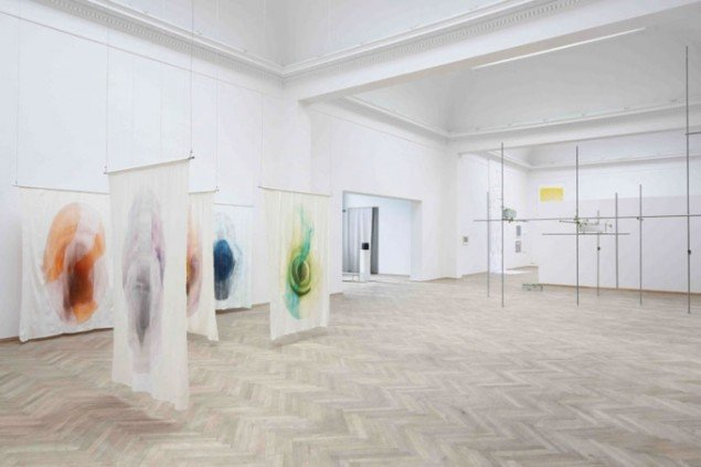 Udstillingsview med værker af Anna Sjöström i forgrunden. (Pressefoto)
