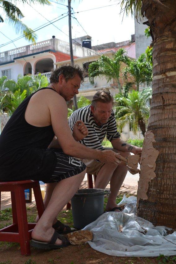 Afstøbning af et palmetræ, Anders Brinch og Jon Stahn. Foto: Marie Kirkegaard