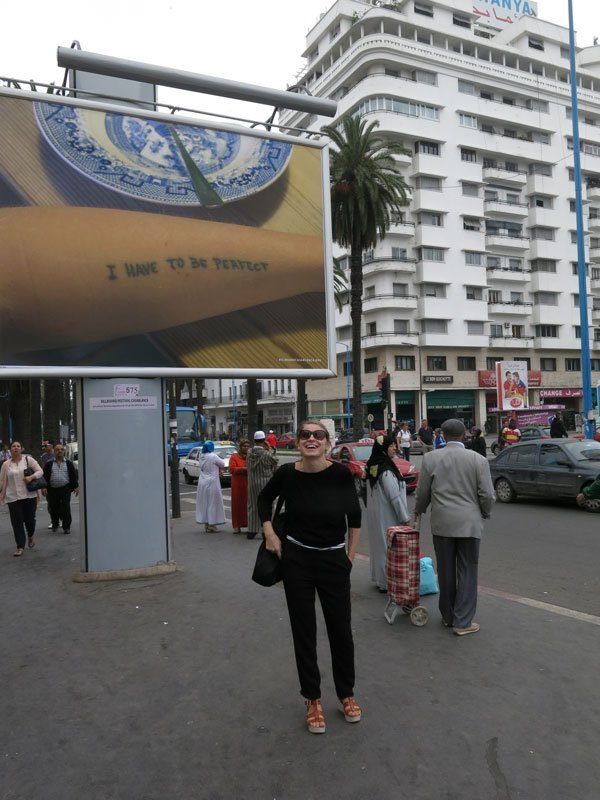 Gudrun Hasle ved hendes værk under en bill-board festival i Casablanca i år. (Foto: Charlotte Haslund-Christensen)