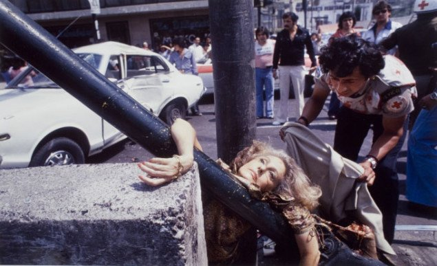 Enrique Metinides: Uden titel (Adela Legarreta Rivas is struck by a white Datsun on Avenida Chapultepec, Mexico City, 29 April 1979). Foto: SMK Foto