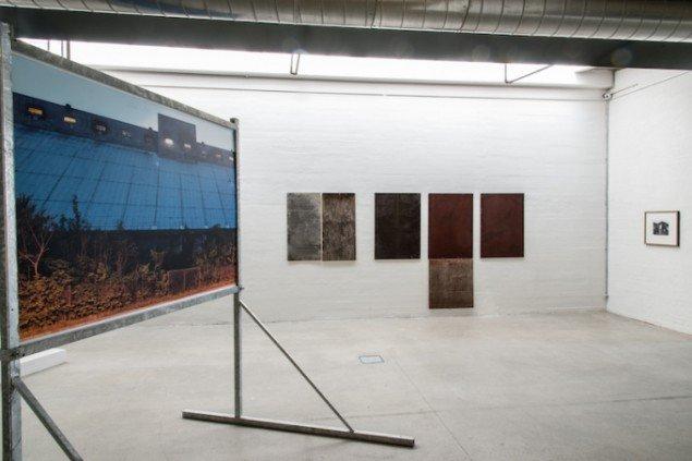 Til venstre Jesper Olsen: Revisited, 2015. Til højre: E.B. Itso: Borded II, 2013. Foto: Niels Fabæk