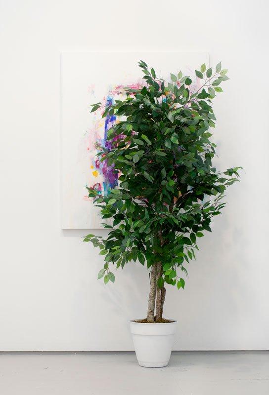 Torben Ribe: Composition with Tree, 2013. Acrylmaling og kaffe med mælk på lærred, plastictræ  200 x 120 x 50 cm.