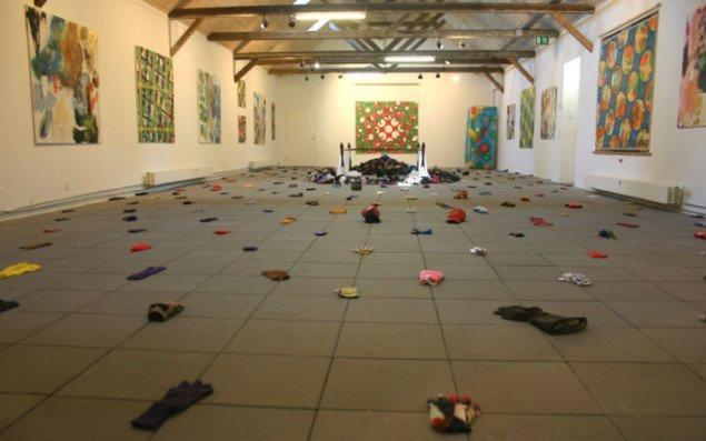 De mageløse handsker og maleri i udstillingens andet rum. Foto: Kristian Handberg.