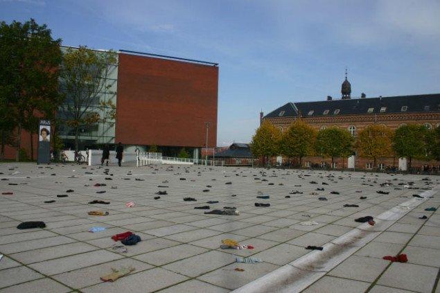 Kunstneren kastede også handsken for undrende forbipasserende i Århus ved denne happening foran ARoS d. 23. september. Foto: Kristian Handberg.
