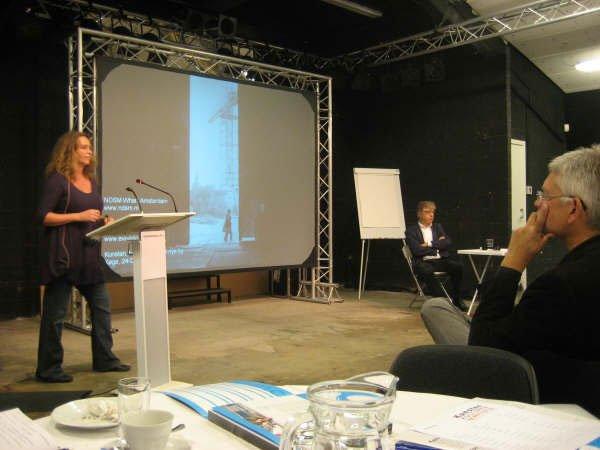 Eva de Klerk og Carsten Thau debatterer. Foto: Lise Bøgh Sørensen