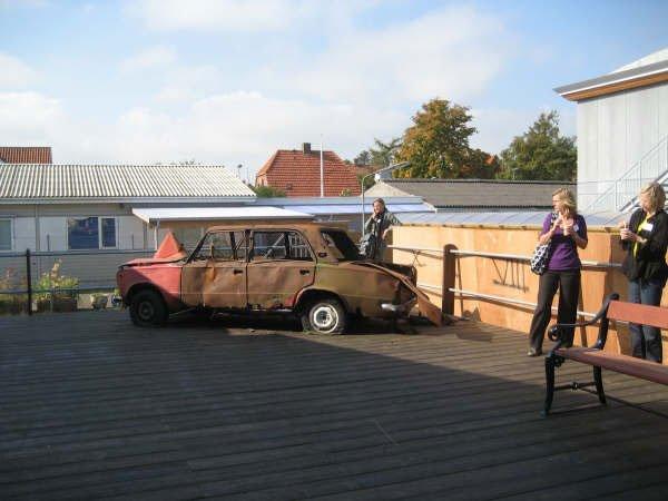 Superflex' udbrændte bil var placeret ved indgangen til konferencen. Foto: Lise Bøgh Sørensen