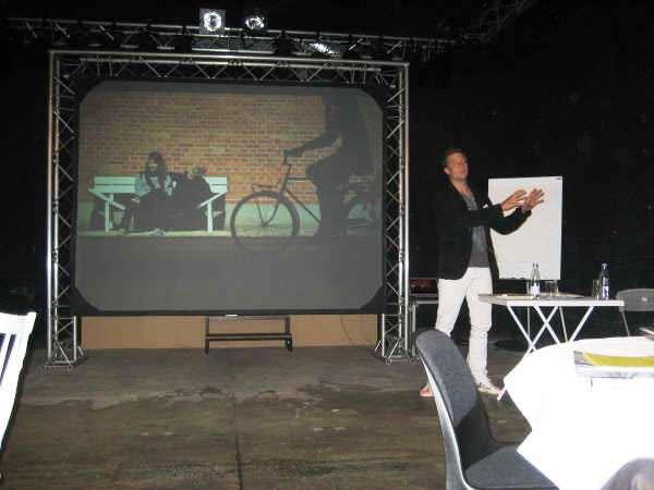 Jeppe Hein taler om kunstnerisk indblanding i byudvikling. Foto: Lise Bøgh Sørensen