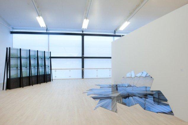 Anita Jørgensen: Arkiv for skrøbelighed 1999. Ruth Campau: MIRAGE (Hommage á Robert Jacobsen) 2012. Foto: Torben E Meyer