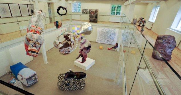 Udstillingsview med skulpturen 51PEG centralt. Foto: Kurt Nielsen