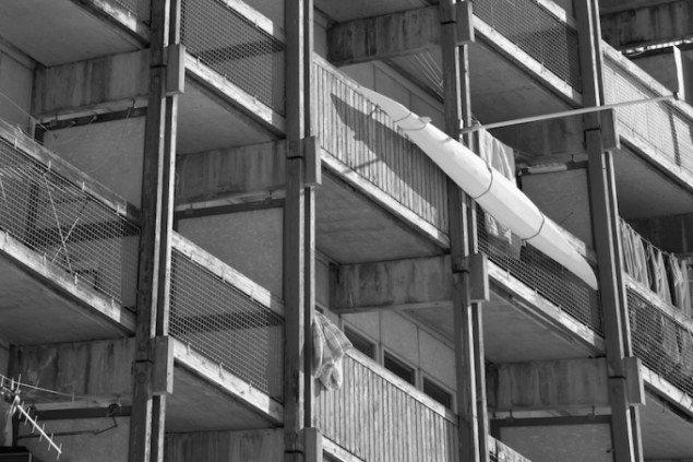 Selvom der er kamikker og kajakker i Motzfeldts fotografier, så er disse symboler ikke selve mødet med Grønland. Vi møder først og fremmest klangen af noget menneskeligt. Qajaq. Foto: Angu Motzfeldt