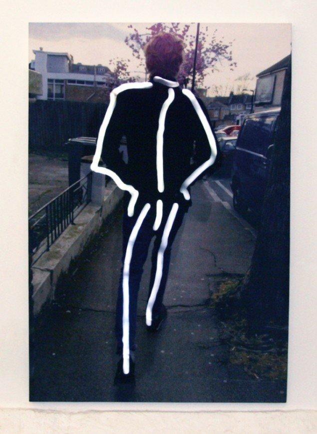 LED-strips former et skelet, der blinker i et hurtigt 'sitrende' tempo med intervaller.Knight Pole, 2014. Digital print på silke, træramme, LED, Arduino. Loop. 125 x 182 cm. Foto: Gro Sarauw