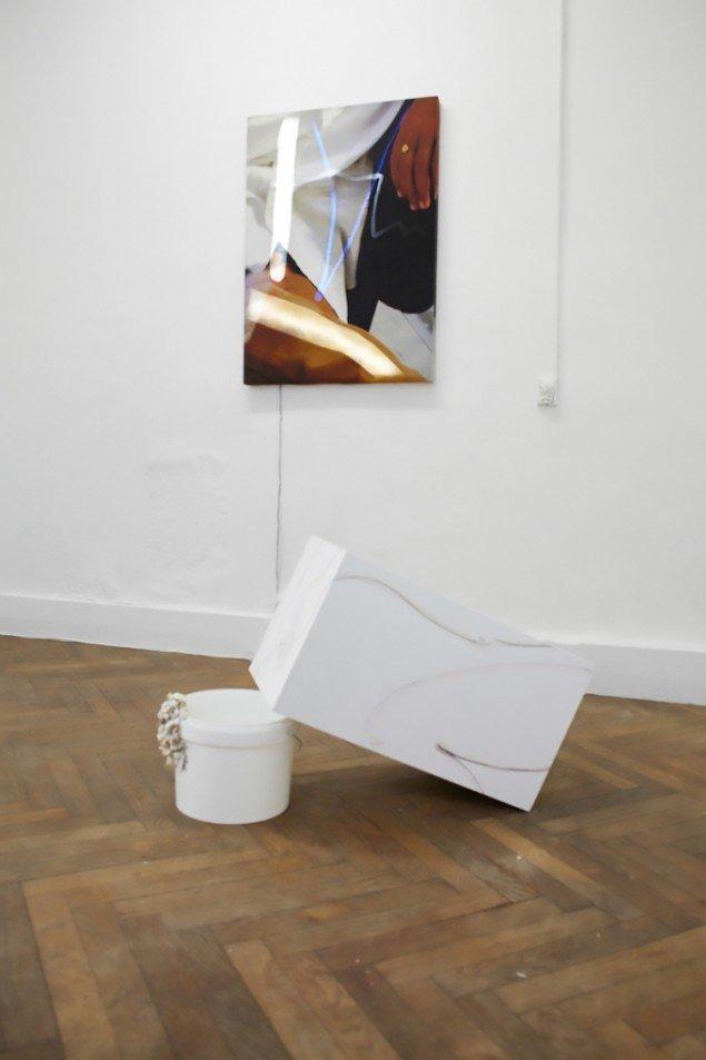 Susan Auto Duro, 2015. Installationsview fra duoudstillingen Flasher Dig, Flasher Dig på SixtyEight med Susan Conte. På Gulvet: en del af Days@Painting Bathing af Susan Conte. Foto: SixtyEight