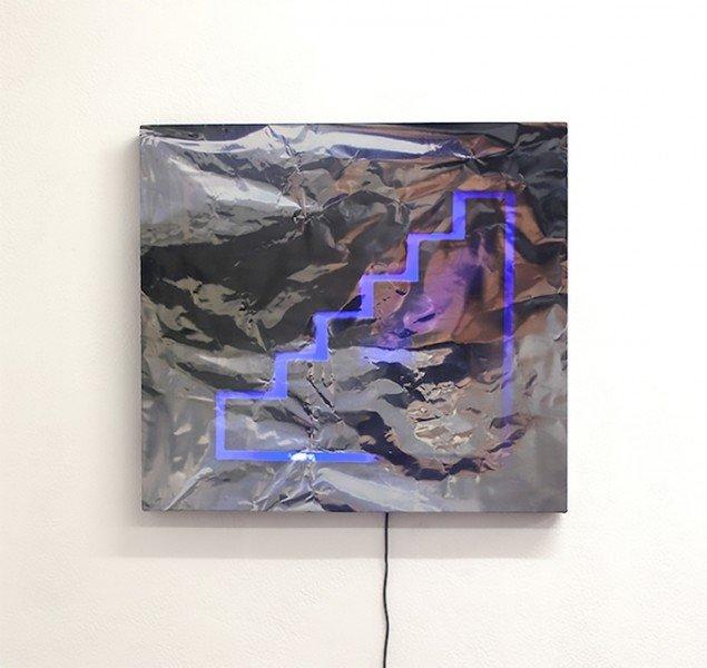 Blu Scarpa, Scarpa Gialla, 2015. Stillfotografi. Digital print på silke, træramme, LED, Arduino. 59 x 68 cm. Foto: Gro Sarauw