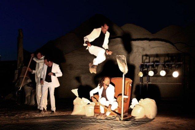 Le G. Bistakis vandreforestilling The Baïna Trampa Fritz Fallen, der åbnede Metropolis festivalen i år. (Foto: Maja Nydal Eriksen)