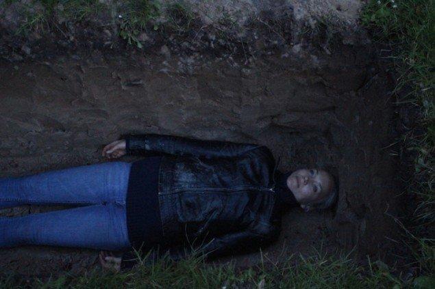 I sin seneste performance, Watching the Night (2015), gravede Sophie Dupont sin egen grav, hvorfra hun overværede en hel nat med dens til- og aftagning. Munkeruphus, Dronningmølle, 2015. Foto: Therese Maria Gram