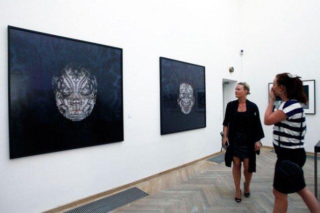 Trine Søndergaard ved Galleri Asbæk. (Foto: Carsten Nordholt)