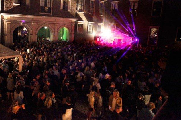 Festlighederne fortsatte i Charlottenborgs gård med musik, mad og drinks. Foto: Carsten Nordholt