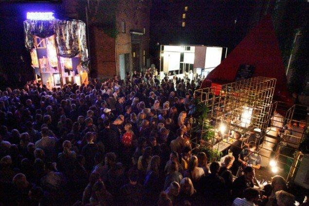 Et blik ud over festen i gården uden for Kunsthal Charlottenborg. Foto: Carsten Nordholt