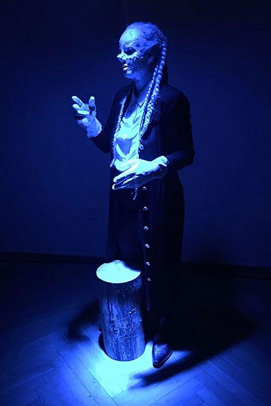 Den norske performancekunstner Tori Wrånes leverede en poetisk 'volapyk'-sang om fremtiden. Foto: Clare Milledge
