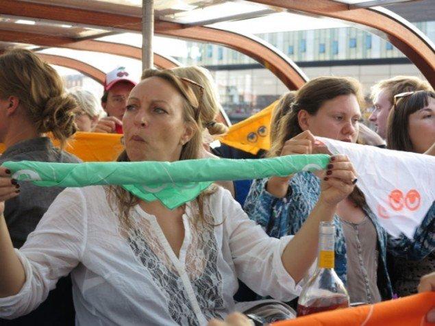 De udleverede tørklæder gøres klar. Foto: Jenny Selldén