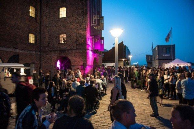 Kunstfest på kajen uden for Den Kongelige Afstøbningssamling. (Foto: Magnus Kaslov)