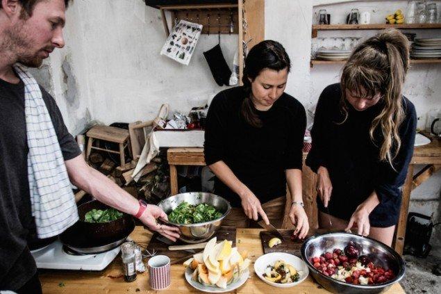 Den amerikanske kunstnerduo Thom O'Sullivan og Kathrine Ball (midtfor) i færd med at tilberede brunch til de mange fremmødte i Astrid Noack Atelier. Foto: Martin Kurt Hagelund