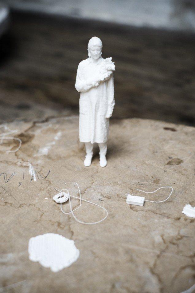 Èn af Camilla Berners 3D-printede skulpturer, baseret på fotografier af hendes egen krop, ifærd med at parafrasere et fotografi af Astrid Noack. Foto: Martin Kurt Hagelund