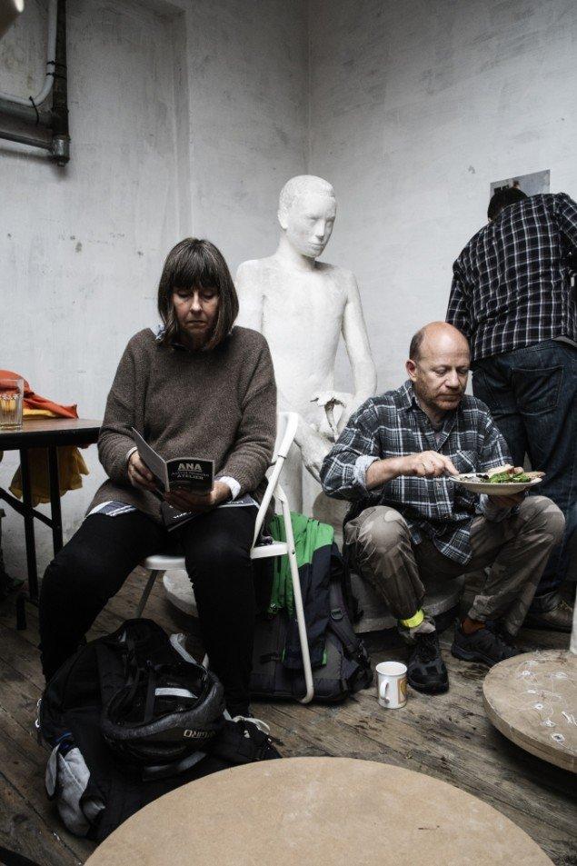 Brunchen indtages side om side med Astrid Noacks fine, gamle skulpturer. Foto: Martin Kurt Hagelund