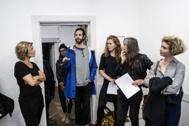 Performancekunstner og artist in recidency Will Owen fortæller de fremmødte hos SixtyEight om hans ophold hos PB43 i Nordhavnen. Foto: Martin Kurt Hagelund