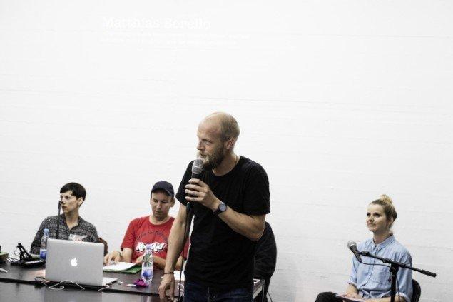 Redaktør på KUNSTEN.NU Matthias Hvass Borello byder publikum velkommen til mini-symposiet hos Officin i Carlsberg-byen. Foto: Martin Kurt Hagelund