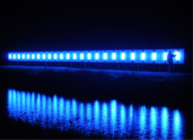 Brandon Ballengée: Love Motel for Insects: Lough Boora Variation, 2010 Installation med 'insektinviterende' ultra-violet lys. Foto: Kevin O'Dwyer. Courtesy the artist and Ronald Feldman Fine Arts, New York