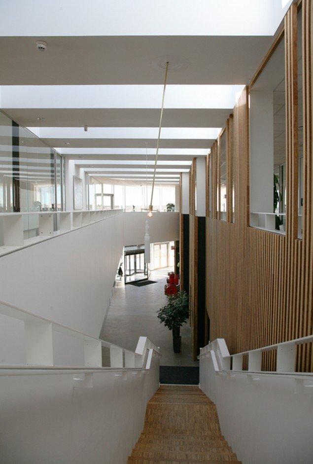 Gravity Lamp, 2013, Skipperskolen, Skagen. Nedhængt pendel i skolens atrium bevæger sig i realtid i vindens retning med vindens hastighed. Foto: Adam Mørk